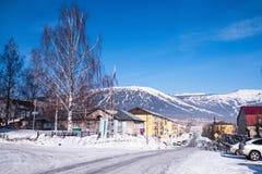 Μια από τις οδούς της τακτοποίησης αστικός-τύπων Sheregesh στο βουνό Shoria, Σιβηρία στοκ φωτογραφίες