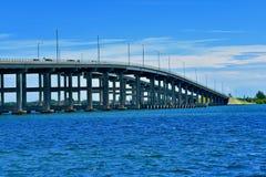 Μια γέφυρα πέρα από το ήρεμο νερό στοκ φωτογραφίες