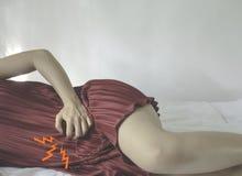 Μια γυναίκα που φορά ένα κόκκινο φόρεμα στοκ φωτογραφίες με δικαίωμα ελεύθερης χρήσης