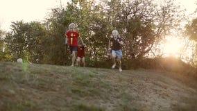 Μια εύθυμη επιχείρηση των παιδιών έχει τη διασκέδαση υπαίθρια απόθεμα βίντεο
