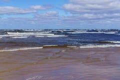 Μια θυελλώδης ημέρα στην ακτή του Κόλπου της Ρήγας Jurmala, Λετονία - τον Αύγουστο του 2017 στοκ εικόνες με δικαίωμα ελεύθερης χρήσης