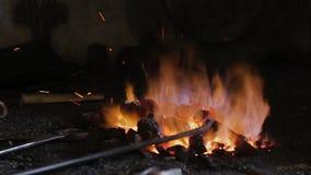Μια μικρή πυρκαγιά στο φούρνο σφυρηλατεί απόθεμα βίντεο