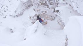 Μια ομάδα τουριστών κατεβαίνει από την κορυφή ενός χιονισμένου βουνού φιλμ μικρού μήκους