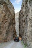 Μια οδήγηση αυτοκινήτων μέσω του δρόμου πετρών στην πόλη Kemaliye Egin Erzincan, Τουρκία στοκ εικόνες