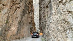 Μια οδήγηση αυτοκινήτων μέσω του δρόμου πετρών στην πόλη Kemaliye Egin Erzincan, Τουρκία στοκ εικόνα