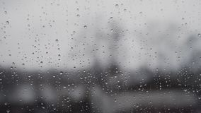 Μια δυνατή βροχή το καλοκαίρι στη Γερμανία - που βλέπει μέσω windowpane με την εστίαση στις σταγόνες βροχής φιλμ μικρού μήκους