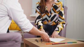 Μια σύνοδος στον ψυχολόγο ο γιατρός δίνει ένα έγγραφο σε έναν ασθενή απόθεμα βίντεο