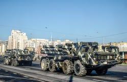 Μια στήλη του στρατιωτικού εξοπλισμού βλημάτων περπατά κατά μήκος της ασφάλτου στο κέντρο της πόλης στοκ φωτογραφίες με δικαίωμα ελεύθερης χρήσης