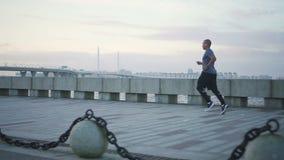 Μια στενή άποψη του νέου αμερικανικού ελκυστικού κατάλληλου και υγιούς άνδρα μαύρων Αφρικανών που τρέχει στο πεζοδρόμιο το καλοκα απόθεμα βίντεο