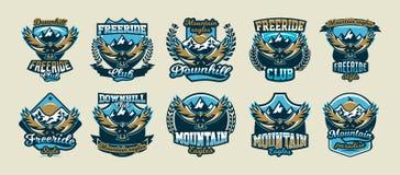 Μια συλλογή των ζωηρόχρωμων λογότυπων, εμβλήματα, πετώντας αετός σε ένα υπόβαθρο των βουνών, απομόνωσε τη διανυσματική απεικόνιση διανυσματική απεικόνιση