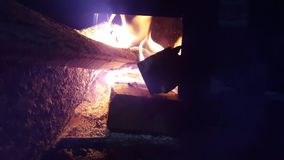 Μια φλόγα του ξύλου σε ένα μαγείρεμα σομπών απόθεμα βίντεο