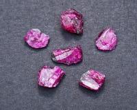 Μικρά τραχιά ΡΟΔΟΚΌΚΚΙΝΑ κρύσταλλα βαθμού κορυφαίας ποιότητας Α από την Τανζανία στο Μαύρο ΚΟΚΚΙΝΟ ΚΟΡΟΥΝΔΙΟ στοκ εικόνες