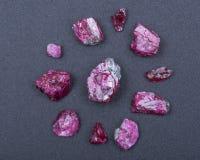 Μικρά τραχιά ΡΟΔΟΚΌΚΚΙΝΑ κρύσταλλα βαθμού κορυφαίας ποιότητας Α από την Τανζανία στο Μαύρο ΚΟΚΚΙΝΟ ΚΟΡΟΥΝΔΙΟ στοκ φωτογραφία με δικαίωμα ελεύθερης χρήσης