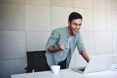 Μικρή επιχείρηση και επιτυχής έννοια Νέος ασιατικός επιχειρηματίας Glad για να λάβει τις καλές ειδήσεις ή τα υψηλά κέρδη από το l στοκ εικόνες