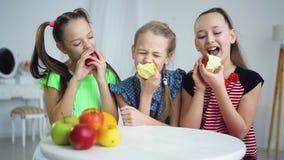 Μικρή ομάδα παιδιών που τρώνε τα μήλα από κοινού φιλμ μικρού μήκους