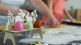 Μικρό κορίτσι και grandma που κόβουν τα μπισκότα Πάσχας φιλμ μικρού μήκους