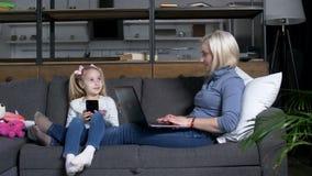 Μικρό κορίτσι και mom χρόνος εξόδων που χρησιμοποιούν τις συσκευές