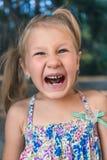 Μικρό κορίτσι με orthodontics τη συσκευή και τα στριμμένα δόντια Wobbly δόντι στοκ φωτογραφία με δικαίωμα ελεύθερης χρήσης