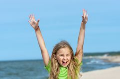 Μικρό κορίτσι που απολαμβάνει στην παραλία στοκ φωτογραφίες