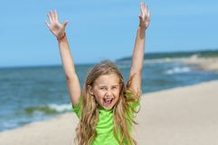 Μικρό κορίτσι που απολαμβάνει στην παραλία στοκ φωτογραφίες με δικαίωμα ελεύθερης χρήσης