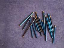 Μολύβια χρώματος σε ένα πορφυρό καρό Μπλε μολύβια στοκ εικόνες