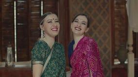 Μοντέρνες ινδικές γυναίκες στη Sari που γελά χαρωπά απόθεμα βίντεο