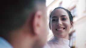 Μοντέρνοι νύφη και νεόνυμφος Ακριβώς γάμος δεσμών κοσμήματος κρυστάλλου λαιμοδετών ζευγών κλείστε επάνω Ευτυχείς νύφη και νεόνυμφ φιλμ μικρού μήκους
