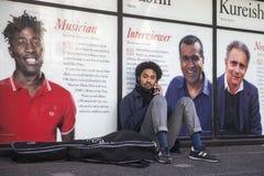 Μοντέρνοι συμμετέχοντες που συλλέγουν έξω από 180 το σκέλος για την εβδομάδα μόδας του Λονδίνου στοκ φωτογραφίες