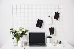 Μοντέρνος άσπρος επαγγελματικός χώρος εργασίας σοφιτών γραφείων εσωτερικός, μινιμαλιστικός στοκ εικόνα με δικαίωμα ελεύθερης χρήσης