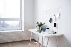 Μοντέρνος άσπρος επαγγελματικός χώρος εργασίας σοφιτών γραφείων εσωτερικός, μινιμαλιστικός στοκ φωτογραφία με δικαίωμα ελεύθερης χρήσης