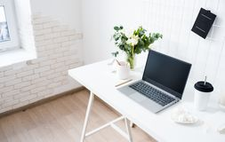 Μοντέρνος άσπρος επαγγελματικός χώρος εργασίας σοφιτών γραφείων εσωτερικός, μινιμαλιστικός στοκ εικόνες με δικαίωμα ελεύθερης χρήσης