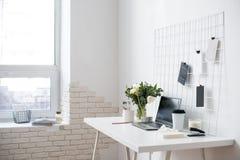 Μοντέρνος άσπρος επαγγελματικός χώρος εργασίας σοφιτών γραφείων εσωτερικός, μινιμαλιστικός στοκ εικόνες