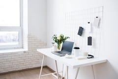 Μοντέρνος άσπρος επαγγελματικός χώρος εργασίας σοφιτών γραφείων εσωτερικός, μινιμαλιστικός στοκ φωτογραφίες