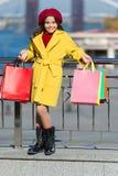 Μοντέρνο παιδί γαλλικό beret και το σύγχρονο παλτό κορίτσι τσαντών λίγες αγ&omicro καιρός άνοιξη Τάση φθινοπώρου Αγορές στοκ φωτογραφία με δικαίωμα ελεύθερης χρήσης
