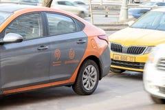 ΜΟΣΧΑ, ΡΩΣΙΑ - 7 ΜΑΡΤΊΟΥ 2019: Ενοίκιο αυτοκινήτων υπηρεσιών συνοδήγησης ανά τη μικρή οδήγηση κατά μήκος της οδού πόλεων στοκ φωτογραφία