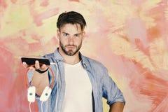 Μουσικός τρόπος ζωής Εύθυμα εφηβικά τραγούδια ακούσματος του DJ μέσω των ακουστικών στοκ φωτογραφία με δικαίωμα ελεύθερης χρήσης