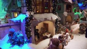 Μόναχο, Γερμανία - 20 Νοεμβρίου 2018: Μια μεγάλη προθήκη με τα παιχνίδια βελούδου Χριστουγέννων απόθεμα βίντεο