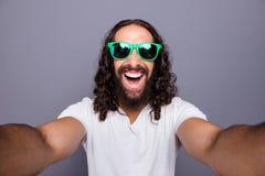 Μόνος-πορτρέτο δικοί του αυτός συμπαθητικός καθιερώνων τη μόδα ελκυστικός εύθυμος χαρωπός ενθουσιασμένος κατσαρός τουρισμός τουρι στοκ εικόνες με δικαίωμα ελεύθερης χρήσης