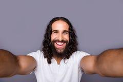 Μόνος-πορτρέτο δικοί του αυτός συμπαθητικός δροσερός καλά-καλλωπισμένος ελκυστικός εύθυμος χαρωπός ευτυχής εκστατικός αισιόδοξος  στοκ φωτογραφία με δικαίωμα ελεύθερης χρήσης