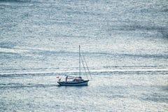 Μόνο sailboat στην ανοικτή θάλασσα στοκ φωτογραφία