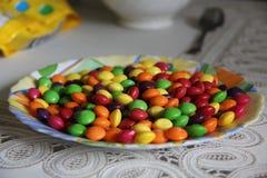 Μόσχα, Ρωσία 16 Απριλίου 2017: Skittles βρίσκονται σε ένα πιάτο στοκ εικόνα με δικαίωμα ελεύθερης χρήσης