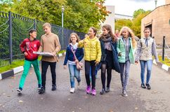 Μόσχα, Ρωσία, στις 23 Σεπτεμβρίου 2018 Ομάδα νέων αγοριών και κοριτσιών που μιλούν και που περπατούν κάτω από το δρόμο στοκ φωτογραφίες