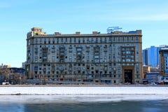 Μόσχα, Ρωσία - 14 Φεβρουαρίου 2019: Ανάχωμα Smolenskaya του ποταμού της Μόσχας μια φωτεινή χειμερινή ημέρα στοκ εικόνα