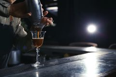 Μπάρμαν που χύνει martini το κοκτέιλ espresso στο γυαλί στοκ φωτογραφίες