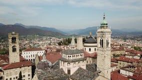 Μπέργκαμο Ιταλία Εναέρια άποψη κηφήνων της παλαιάς πόλης Τοπίο στο κέντρο πόλεων, τα ιστορικούς κτήρια, τις εκκλησίες και τους πύ απόθεμα βίντεο
