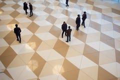 ΜΠΑΚΟΎ, ΑΖΕΡΜΠΑΪΤΖΑΝ, ΣΤΙΣ 3 ΜΑΐΟΥ 2018: Άνθρωποι κυκλοφορίας στον αερολιμένα, η τοπ άποψη Οι άνθρωποι μιλούν και σε μια βιασύνη  στοκ φωτογραφία με δικαίωμα ελεύθερης χρήσης