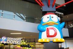 Μπανγκόκ - 22 Φεβρουαρίου 2019: Μια φωτογραφία της μασκότ Penguin ανήκει σε Donki Φορέστε φορά Donki ή η λεωφόρος Donki είναι ένα στοκ εικόνες