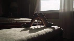 Μπεζ παπούτσια γυναίκας απόθεμα βίντεο