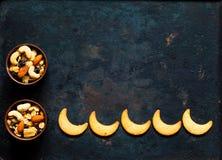 Μπισκότο στη μορφή φεγγαριών στο εκλεκτής ποιότητας σκουριασμένο υπόβαθρο μετάλλων Eid ή υπόβαθρο φεστιβάλ Ramadan στοκ φωτογραφία