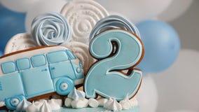 Μπλε αριθμός δύο κέικ και το λεωφορείο υπό μορφή μελοψώματος φιλμ μικρού μήκους
